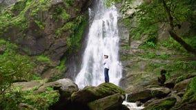 Укомплектуйте личным составом ослаблять с водопадом свободы красивым в лесе национального парка на водопаде Lan Khlong видеоматериал