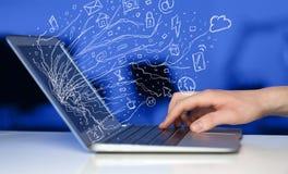 Укомплектуйте личным составом отжимать портативный компьютер тетради с символами облака значка doodle Стоковые Изображения RF