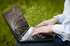Укомплектуйте личным составом отжимать портативный компьютер тетради с символами облака значка doodle Стоковые Изображения