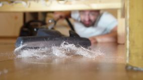 Укомплектуйте личным составом очищать пол под кроватью с пылесосом сток-видео