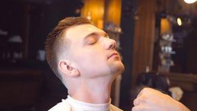 Укомплектуйте личным составом парикмахера делая косметические процедуры к его мужскому клиенту в парикмахерскае Процесс Hairstyli акции видеоматериалы