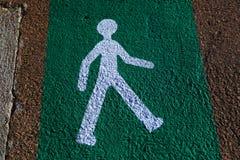 Укомплектуйте личным составом пересекать улицу, индикатор на асфальте стоковые изображения