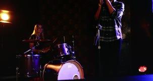 Укомплектуйте личным составом песню петь пока женщина играя на барабанчике установленном 4k акции видеоматериалы