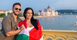 Укомплектуйте личным составом покрывать счастливую женщину с венгерским флагом на Будапеште на Marg стоковое изображение rf