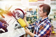 Укомплектуйте личным составом покупки для угловой машины в магазине оборудования стоковая фотография