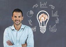 Укомплектуйте личным составом положение рядом с электрической лампочкой с скомканными бумажными графиками шарика и дела перед bla стоковое фото rf