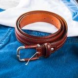 Укомплектуйте личным составом пояс ` s кожаный коричневый для джинсов Стоковое Изображение