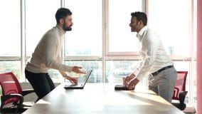 Укомплектуйте личным составом приходить к рабочему месту и начинать работать сток-видео