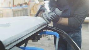 Укомплектуйте личным составом работника в мастерской автомобиля полируя автомобильный подготавливать для красить Стоковые Фото