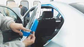 Укомплектуйте личным составом работника в мастерской автомобиля полируя автомобильный подготавливать для красить Стоковое Изображение