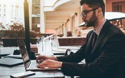 Укомплектуйте личным составом работодателя в стеклах с компьтер-книжкой в ресторане улицы Стоковая Фотография RF