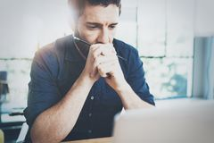 Укомплектуйте личным составом работу на деревянном столе на современном офисе просторной квартиры Укомплектуйте личным составом с Стоковое Фото