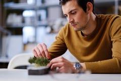 Укомплектуйте личным составом работу с maquette в дизайне и проектировать архитектуру Стоковое фото RF