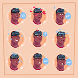 Укомплектуйте личным составом различную сторону Афро-американское мужское Emoji нося виртуальную концепцию выражения лица воплоще Стоковые Фото