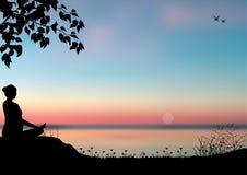 Укомплектуйте личным составом размышлять в сидя положении йоги на верхней части горы над облаками на заходе солнца Дзэн, раздумье стоковые фото