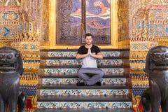 Укомплектуйте личным составом размышлять на лестницах буддийского виска стоковое фото