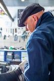 Укомплектуйте личным составом ремонтировать автошину мотоцикла с комплектом для ремонта, комплектом для ремонта штепсельной вилки Стоковое фото RF
