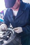 Укомплектуйте личным составом ремонтировать автошину мотоцикла с комплектом для ремонта, комплектом для ремонта штепсельной вилки Стоковое Фото