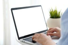 Укомплектуйте личным составом руки печатая портативный компьютер с пустым экраном для насмешки вверх по t Стоковые Фотографии RF