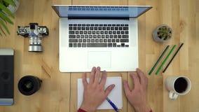 Укомплектуйте личным составом руки работая на тетради на положении квартиры рабочего места видеоматериал