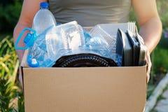 Укомплектуйте личным составом руки ` s держа коробку с пластичным отбросом для рециркулировать пластмасса принципиальной схемы бу Стоковые Фото