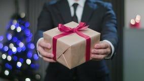 Укомплектуйте личным составом руки ` s держа подарок рождества стоковые изображения rf