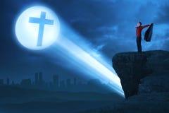 Укомплектуйте личным составом руку повышения при открытая ладонь хваля к богу стоковое фото