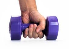 Укомплектуйте личным составом руку ` s держа гантель изолированный на белой предпосылке конец вверх concept healthy lifestyle стоковые фотографии rf