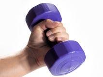 Укомплектуйте личным составом руку ` s держа гантель изолированный на белой предпосылке конец вверх concept healthy lifestyle стоковое изображение