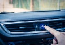 Укомплектуйте личным составом руку ` s касаясь кнопке ecall Стоковое фото RF
