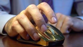 Укомплектуйте личным составом руку ` s щелкая и перечисляя золотую мышь акции видеоматериалы