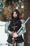 Укомплектуйте личным составом рыцаря с шпагой около дерева стоковые изображения rf