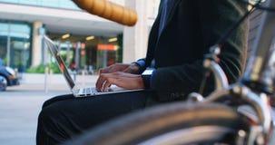 Укомплектуйте личным составом сидеть на стенде и использование компьтер-книжки 4k сток-видео