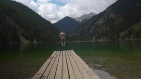 Укомплектуйте личным составом скакать в озеро видеоматериал