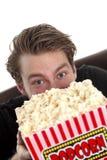 Укомплектуйте личным составом смотреть вверх от за ведра попкорна Стоковое Изображение