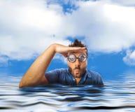 Укомплектуйте личным составом смотреть далеко в воде моря Стоковое Фото