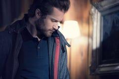 Укомплектуйте личным составом смотреть портрета куртки анорака детали нося крытый дома вниз Европа Альпы зима захода солнца гор s Стоковые Фотографии RF