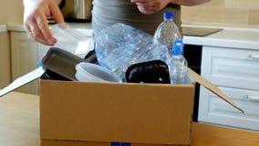 Укомплектуйте личным составом собирать пластичные бутылки и контейнеры для рециркулировать видеоматериал