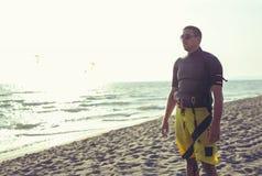 Укомплектуйте личным составом спасатель наблюдая ситуацию на море Стоковое фото RF