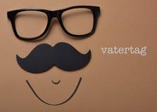 Укомплектуйте личным составом сторону и отправьте СМС vatertag, день отцов в немце Стоковая Фотография RF