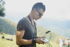 Укомплектуйте личным составом с quadrocopters дистанционных управлений Стоковая Фотография RF