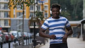 Укомплектуйте личным составом танцы к ритму afrobeat на улице видеоматериал