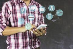 Укомплектуйте личным составом телефон пользы, концепцию как соединитесь о финансах, путешествовать, еду и ходить по магазинам онл стоковая фотография