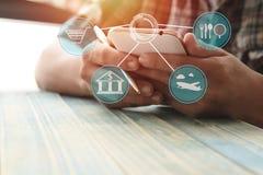 Укомплектуйте личным составом телефон пользы на деревянной таблице с космосом экземпляра, концепцией как соединитесь о финансах стоковые изображения