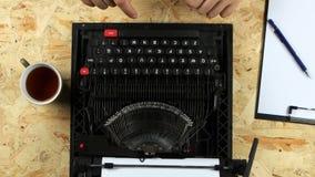 Укомплектуйте личным составом тип рук ` s текст книги на машинке над взглядом сток-видео