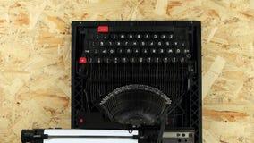 Укомплектуйте личным составом тип рук ` s текст книги на машинке над взглядом видеоматериал
