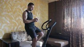 Укомплектуйте личным составом тренировку на велотренажере дома и использующ умный телефон видеоматериал