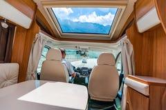 Укомплектуйте личным составом управлять на дороге в жилом фургоне RV стоковое фото rf