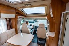 Укомплектуйте личным составом управлять на дороге в жилом фургоне RV стоковое изображение