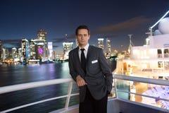 Укомплектуйте личным составом управляющего на доске корабля на ноче в miami, США Мачо в куртке костюма на горизонте города Водный Стоковое фото RF
